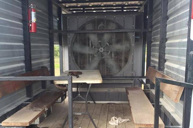 業務用大型冷風機クールスペース 荷物の積み下ろし